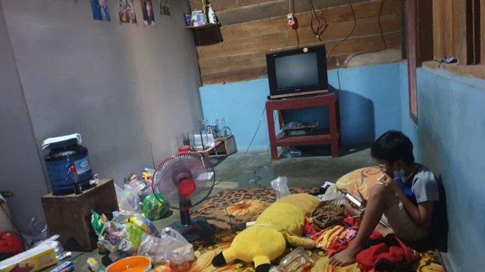 Nasib Vino, bocah di Kutai Barat yang jadi yatim piatu setelah ayah dan ibunya meninggal karena Covid-19. Kini isolasi mandiri di rumah.