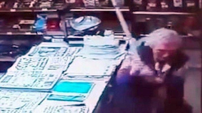 Terekam CCTV, Nenek 82 Tahun Lawan Pakai Tongkat Perampok Bersenjata