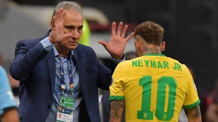 Neymar dari Brasil merayakan dengan pelatih Brasil Tite setelah mencetak gol ke gawang Venezuela selama pertandingan fase grup turnamen sepak bola Conmebol Copa America 2021 di Stadion Mane Garrincha di Brasilia pada 13 Juni 2021.
