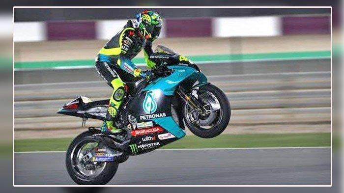 NONTON Aksi Rossi Malam Ini, Race MotoGP Qatar 2021, Link Live Streaming Trans7 & Fox Sports di Sini - Pebalap Petronas Yamaha SRT, Valentino Rossi, melakukan wheelie pada hari keempat tes pramusim MotoGP 2021 di Sirkuit Internasional Losail, Doha, Qatar, Kamis (11/3/2021).