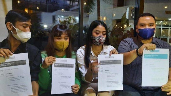 Nuning Irpana (baju hijau) ditemani tim kuasa hukumnya saat ditemui di kawasan Gatot Subroto, Rabu (15/9/2021).