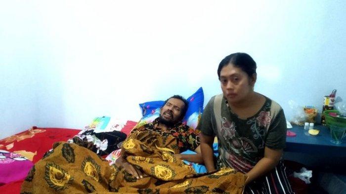 Nur Rohim, juru kunci Makam Bung Karno, terbaring di tempat tidur seperti mengalami kelumpuhan di rumahnya di Desa Sawentar, Kecamatan Kanigoro, Kabupaten Blitar, Rabu malam (5/5/2021)