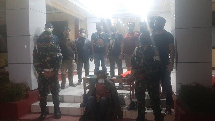 Tentara Gadungan saat diamankan di Mapolres Tomohon