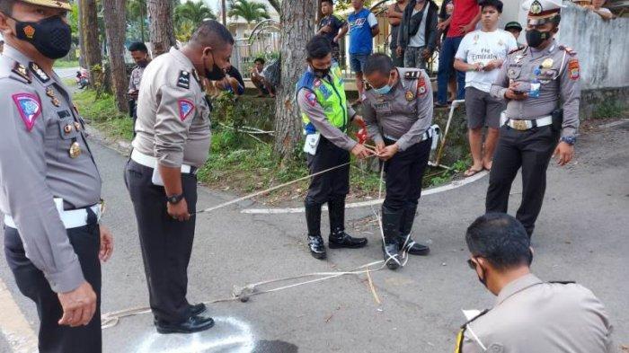 Satuan Lalulintas Polres Bitung melaksanakan olah tempat kejadian perkara (TKP) dengan metode traffic analysis acident (TAA).
