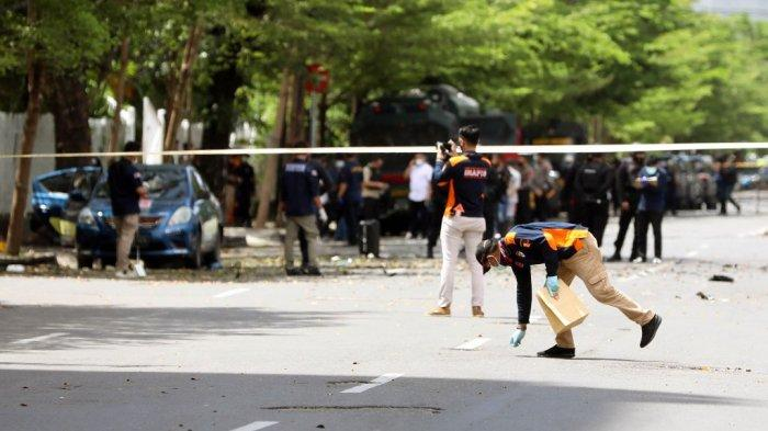 Petugas Kepolisian melakukan olah TKP ledakan di Gereja Hati Yesus Yang Mahakudus atau Katedral <a href='https://manado.tribunnews.com/tag/makassar' title='Makassar'>Makassar</a>, Minggu (28/3/2021).