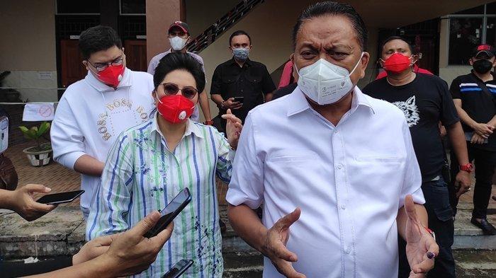 Olly Dondokambey dan keluarga mencoblos di TPS 3 Bumi Beringin, Wanea, Manado, Rabu (09/12/2020).