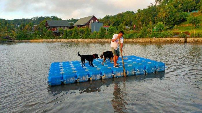 Gubernur Olly Dondokambey menjalani aktivitas pagi hari dikeliling anjing peliharaannya, Sabtu (10/7/2021).