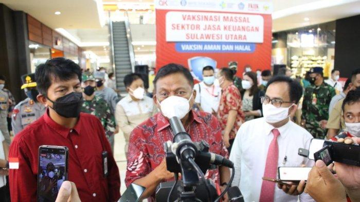 Gubernur Sulawesi Utara Olly Dondokambey meninjau kegiatan Vaksinasi Massal Sektor Jasa Keuangan Provinsi Sulawesi Utara, di Atrium Mantos 3, Kamis (12/8/2021)
