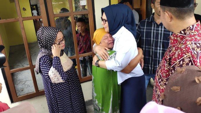 Oma Mulyati Menangis di Pelukan Tatong Bara