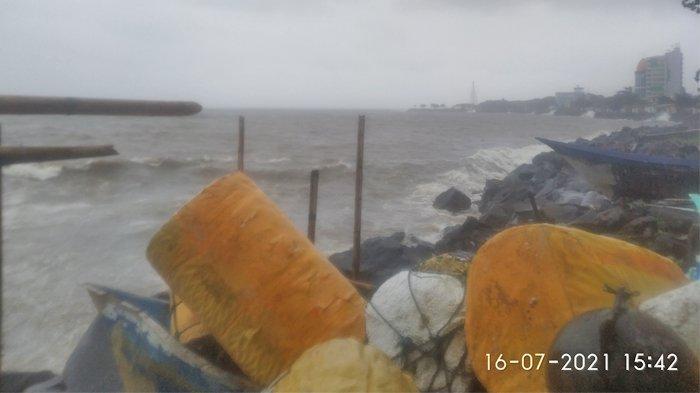 Ombak Besar dan Angin Kencang Terjang Teluk Manado, Nelayan Waswas Perahu Akan Rusak