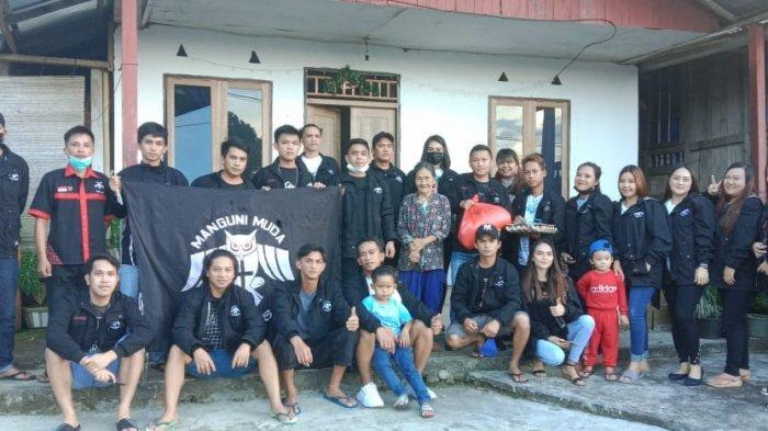 Manguni Muda Minaesa Peduli, Berbagi Sembako dengan Lansia-lansia Tertua di Desa Tandengan Raya