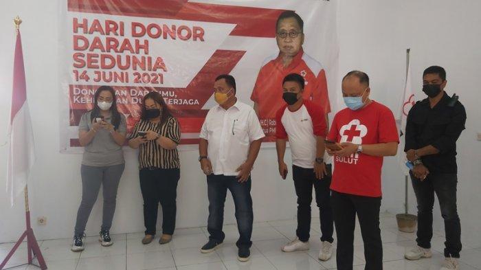 Palang Merah Indonesia (PMI) Kabupaten Minahasa menggelar donor darah di Sekretariat PMI Minahasa, Samping Stadion Maesa Tondano, Jumat (11/06).