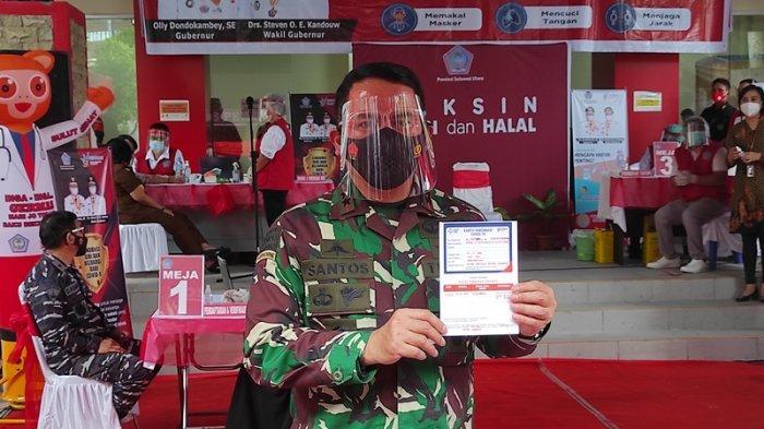 Pangdam XIII Merdeka, Mayjen TNI Santos G. Matondang menerima suntikan vaksin Covid-19 dalam pencanangan Vaksinasi Covid-19 di RS Lapangan Darurat Covid-19 Kitawaya, Kairagi, Manado, Jumat