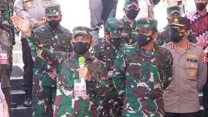 Panglima TNI Marsekal TNI Dr Hadi Tjahjanto SIP pada, Sabtu (4/9/2021) mengunjungi gerai Vaksin Massal di Kantor Gubernur Sulawesi Utara, Kota Manado, Sulawesi Utara.