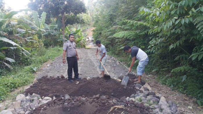 Pantau Pembangunan Jalan, Bhabinkamtibmas Polsek Kombi Awasi Dana Desa
