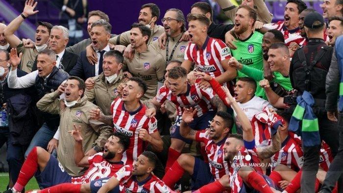 Para pemain Atletico Madrid merayakan kemenangan setelah memenangkan pertandingan sepak bola Liga Spanyol melawan Real Valladolid FC dan gelar Kejuaraan Liga di stadion Jose Zorilla di Valladolid pada 22 Mei 2021.