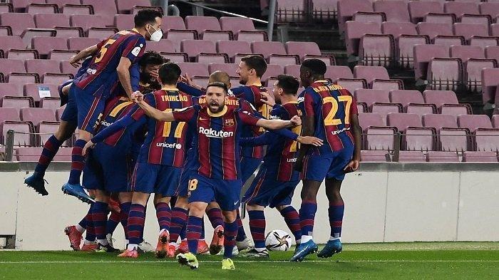 Para pemain Barcelona merayakan gol kedua mereka yang dicetak oleh bek Spanyol Barcelona Gerard Pique pada pertandingan leg kedua semifinal Copa del Rey Spanyol (Piala Raja) antara FC Barcelona dan Sevilla FC di stadion Camp Nou di Barcelona pada 3 Maret 2021.