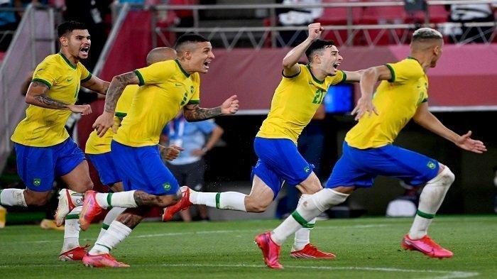 Para pemain Brasil merayakan kemenangan dalam pertandingan sepak bola semifinal putra Olimpiade Tokyo 2020 antara Meksiko dan Brasil di Stadion Ibaraki Kashima di kota Kashima, prefektur Ibaraki pada 3 Agustus 2021.