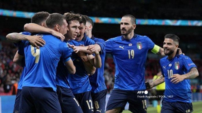 Para pemain Italia merayakan gol pembuka mereka selama pertandingan sepak bola babak 16 besar UEFA EURO 2020 antara Italia dan Austria di Stadion Wembley di London pada 26 Juni 2021.