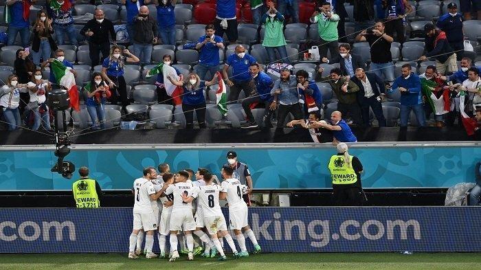 Para pemain Italia merayakan setelah bek Italia Leonardo Bonucci mengarahkan bola ke gawang Belgia tetapi gol dianulir oleh tinjauan VAR karena offside selama pertandingan sepak bola perempat final UEFA EURO 2020 antara Belgia dan Italia di Allianz Arena di Munich pada 2 Juli, 2021.