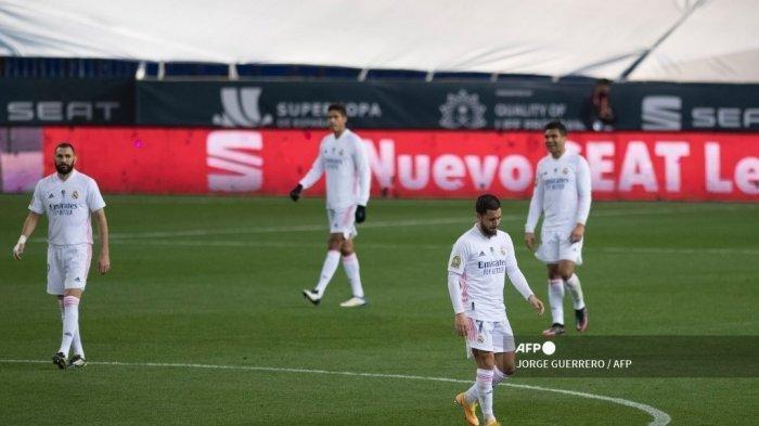 Para pemain Real Madrid bereaksi selama pertandingan sepak bola semifinal Piala Super Spanyol antara Real Madrid melawan Athletic Club Bilbao di stadion La Rosaleda di Malaga pada 14 Januari 2021.