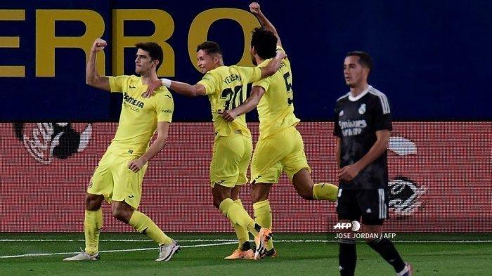 Para pemain Villarreal merayakan setelah mencetak gol dalam pertandingan sepak bola Liga Spanyol antara Villarreal dan Real Madrid di stadion La Ceramica di Vila-real pada tanggal 21 November 2020. (JOSE JORDAN/AFP)
