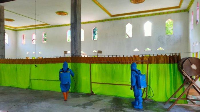 Para relawan Desa Nunuka Raya Kabupaten Bolaang Mongondow Selatan, melakukan penyemprotan disinfektan.