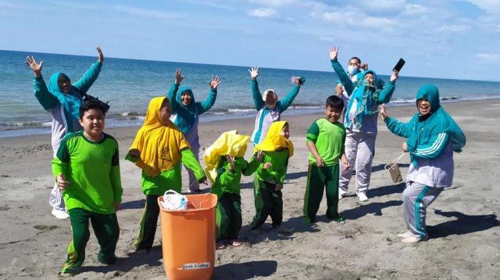 Peduli Lingkungan, Siswa MIN 2 Bolmong Lakukan Aksi Bersih-bersih Pantai