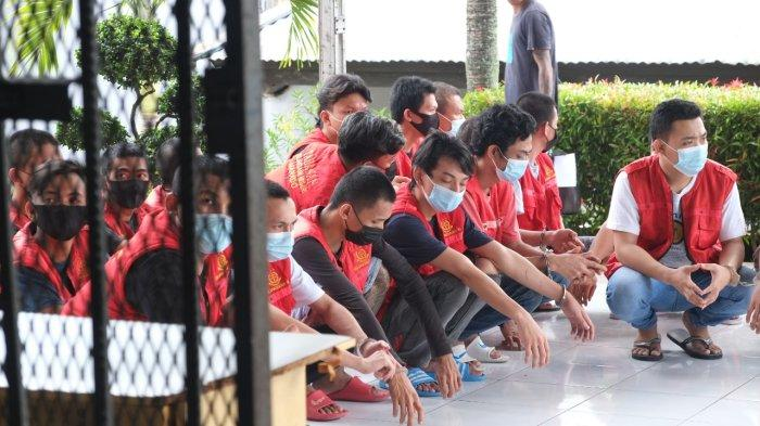 Para tahanan memasuki pintu gerbang Rutan Kelas IIA Malendeng, Rabu (6/10/2021).