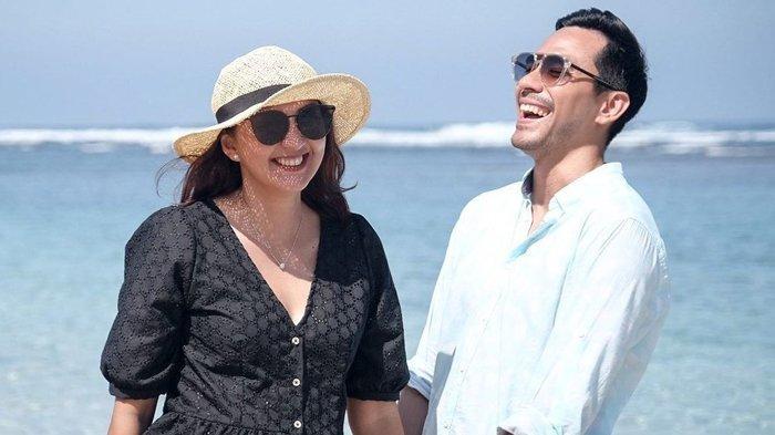 Unggah Foto Romantis di Ranjang Bareng Donna Agnesia, Darius Sinathrya Trending Topic di Twitter