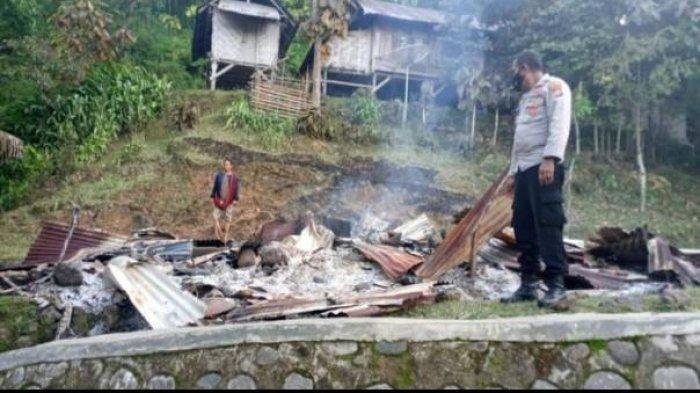 Pasangan suami istri lanjut usia diserang warga karena tuduhan dukun santet. Gerombolan warga juga menghancurkan rumah pasutri itu.