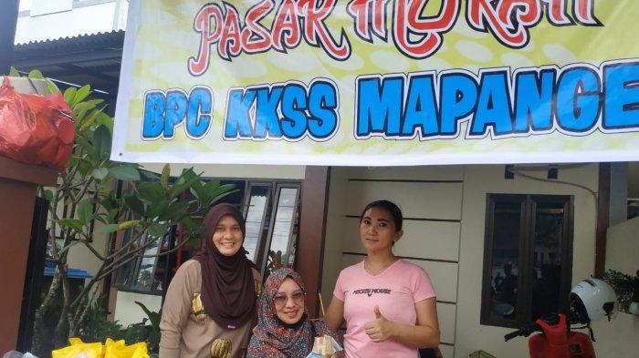 Pasar murah yang digelar KKSS Mapanget di Perumahan Griya Paniki Indah (GPI) Kota Manado, Sulawesi Utara, Senin (12/4/2021)