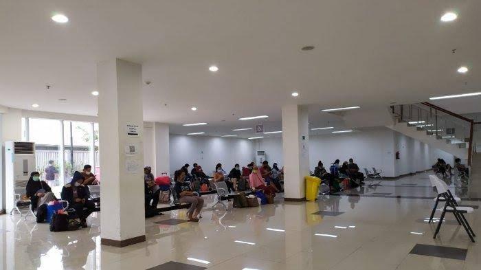 Pasien positif Covid-19 dipulangkan. Situasi di Wisma Atlet Kemayoran, Jakarta Pusat membludak.