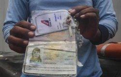 Paspor dan kalung liontin salib Pramugari Grislend Gloria Natalies.