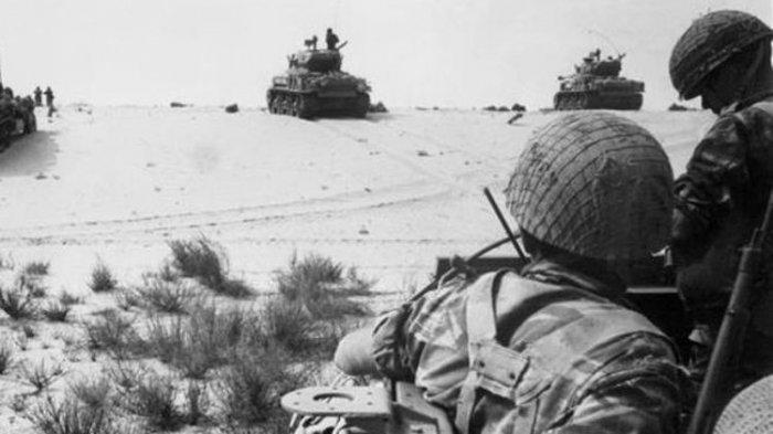 Dalam foto yang diambil pada 5 Juni 1967 ini terlihat pasukan Israel saat bergerak maju di gurun Sinai, Mesir.