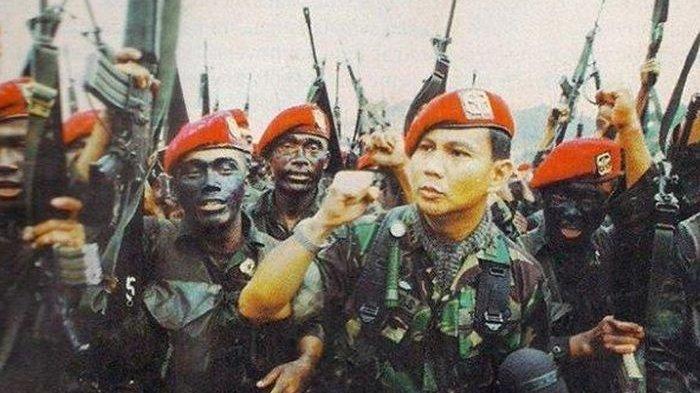 Kisah pasukan Kostrad kepung rumah Presiden BJ Habibie dan Istana Negara saat Prabowo Subianto dicopot dari jabatan Pangkostrad pada Mei 1998.