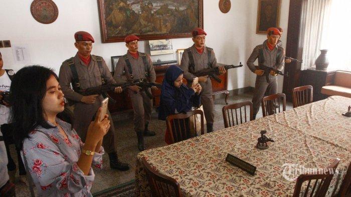 Pasukan <a href='https://manado.tribunnews.com/tag/tjakrabirawa' title='Tjakrabirawa'>Tjakrabirawa</a> (Cakrabirawa), pasukan pengawal Presiden di era rezim pemerintahan yang menjadi pasukan pembantai dewan Jenderal TNI AD.