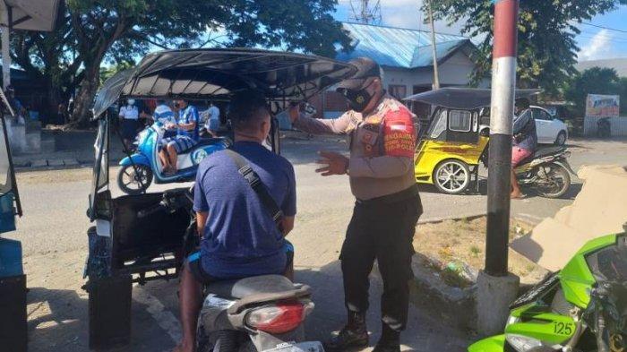 Patroli yang dilakukan Polsek Beo di ruas jalan dalam Kota Beo, Talaud, Sulawesi Utara, Jumat (9/7/2021).