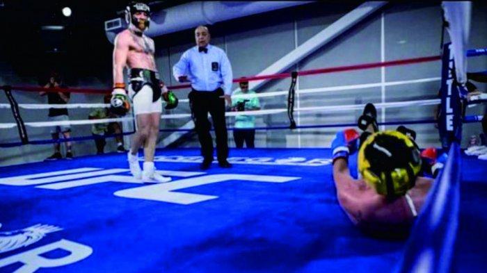 Foto saat Conor McGregor berhasil menjatuhkan Malignaggi