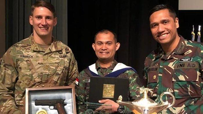 Paulus Pandjaitan, perwira TNI anak Menteri Koordinator Bidang Kemaritiman Luhut Binsar Pandjaitan (kanan).