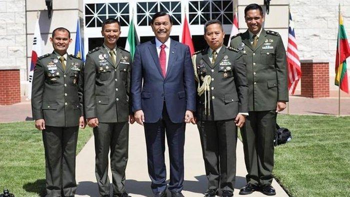 Paulus Pandjaitan (paling kanan), perwira TNI anak Menteri Koordinator Bidang Kemaritiman Luhut Binsar Pandjaitan.1