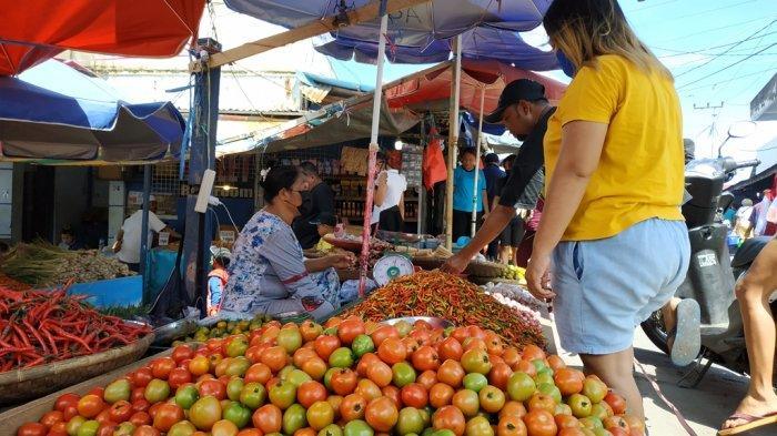 Pedagang bahan pangan di Pasar Bersehati Manado melayani pembeli