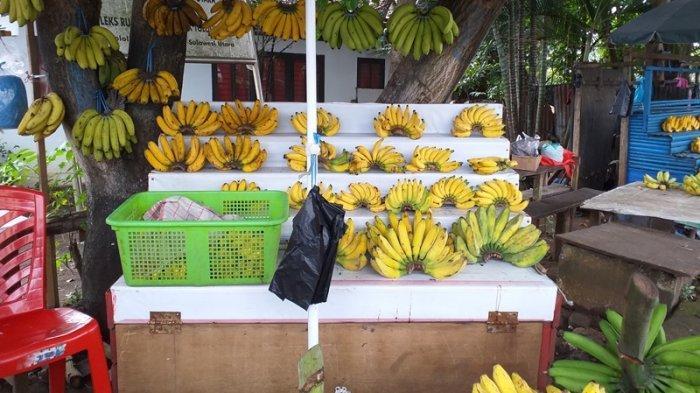 Pedagang buah di Jalan 14 Februari, Teling Atas, Wanea, Manado, Sulawesi Utara, Rabu (21/7/2021).
