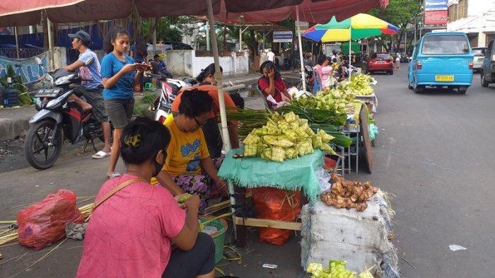 Pedagang ketupat di Pasar Bersehati, Jumat (21/5/2021)