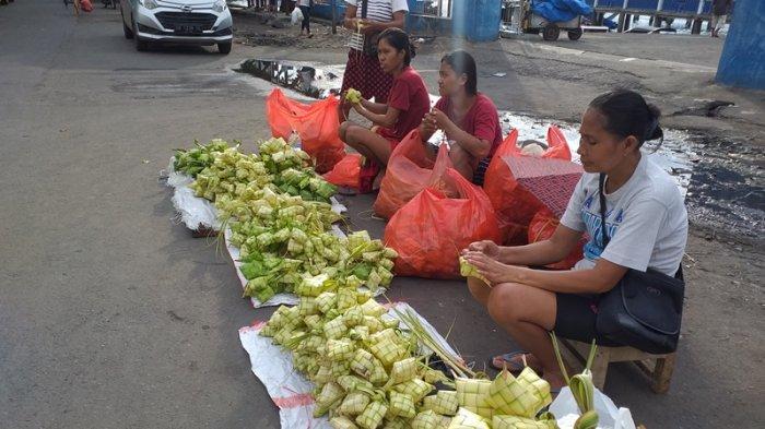 Pedagang ketupat di Pasar Bersehati, Jumat (21/5/2021).
