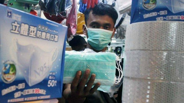 Pedagang mempersiapakan masker medis di Lindeteves Trade Center (LTC) Glodok, Jakarta Barat, Rabu (29/1/2020).