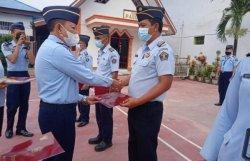 8 Pegawai Rutan Kotamobagu Terima Tanda Kehormatan Satya Saytalanca Karya Satya