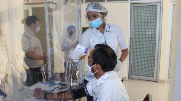 Puluhan pegawai PT Angkasa Pura I Bandara Sam Ratulangi Manado menerima vaksin Covid-19, Senin (08/03/2021).