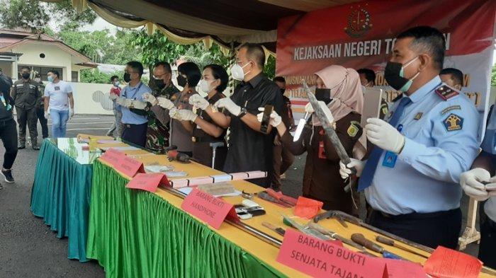 Pelaksanaan pemusnahan barang bukti di Halaman Kantor Kejari Tomohon, Selasa (29/6/2021).