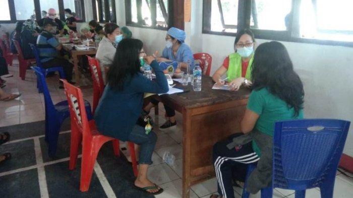 Pelaksanaan vaksinasi Covid 19 yang berlangsung di Asrama Polisi (Aspol) Pinokalan, Bitung.